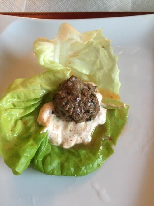 Fleischbällchen im Salat