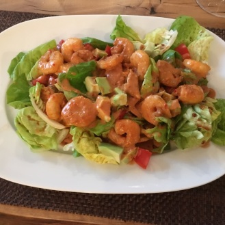 King Prawns in Chilisauce auf Salat