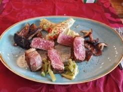 Wagyu Beiried auf Matchasauce mit Gemüsepalatschinken 7