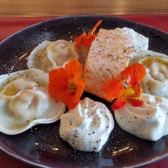 Lachs mit gefüllten Wan Tan auf Wasabischaum 1