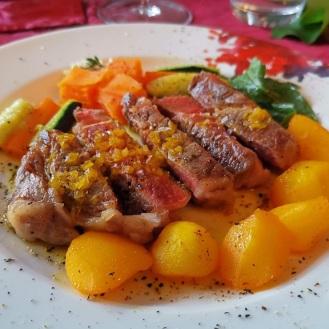 Wagyu-Rind mit Safrankartoffeln und Schichtkarotten 11