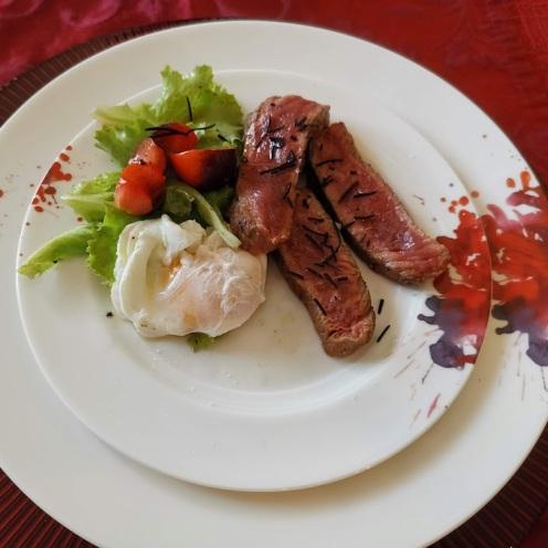 Wagyufilet auf Salat und pochiertem Ei 1
