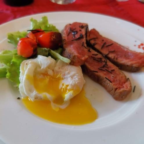 Wagyufilet auf Salat und pochiertem Ei 2
