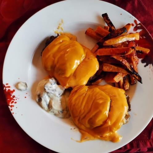 Cheesburger mit Trüffelsauce auf Ananassalat mit Physalis 4