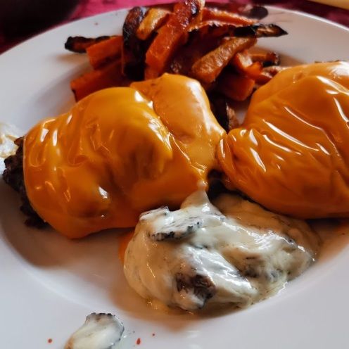 Cheesburger mit Trüffelsauce auf Ananassalat mit Physalis 5