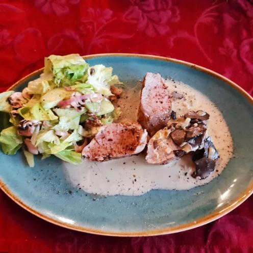 Filet vom Strohschwein mit Trüffelsauce auf Champignon-Gurkensalat 1