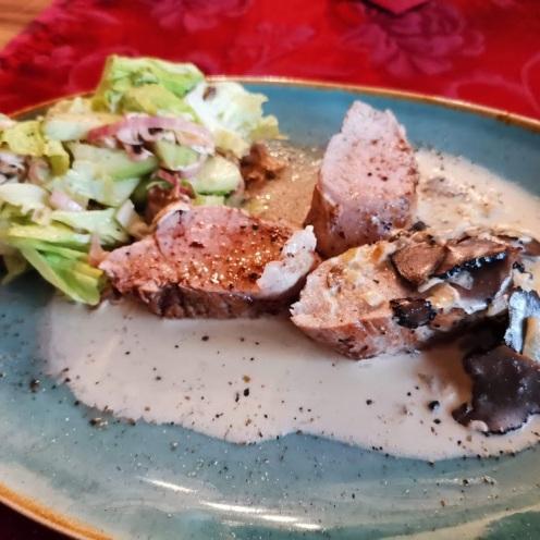 Filet vom Strohschwein mit Trüffelsauce auf Champignon-Gurkensalat 2