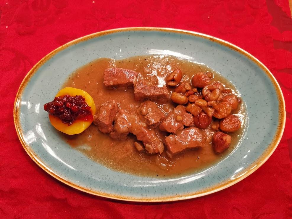 Hirsch in Zwiebelsauce mit Maroni, Pfirsich und Preiselbeeren 1
