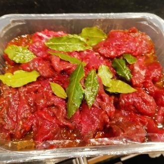Rindfleisch Spieß auf gebratenen Kalbsmarkknochen mit Rettich 1