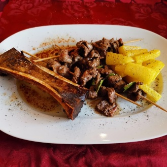 Rindfleisch Spieß auf gebratenen Kalbsmarkknochen mit Rettich 6