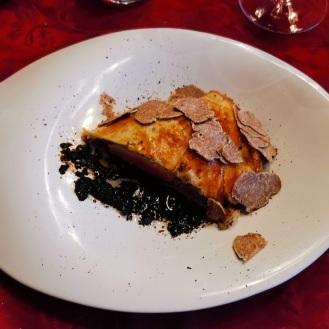 Strohschwein im Pilzmantel mit weißer Trüffel und Trüffelsauce 2