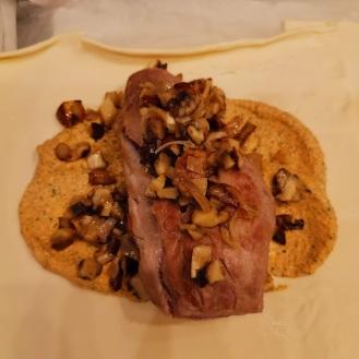 Strohschwein im Pilzmantel mit weißer Trüffel und Trüffelsauce 3