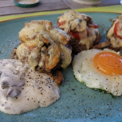 Burger mit Champignons, Käse, Trüffelsauce und Spiegelei 1