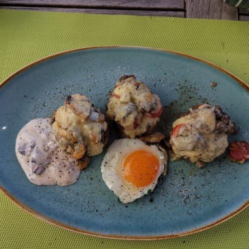 Burger mit Champignons, Käse, Trüffelsauce und Spiegelei 2