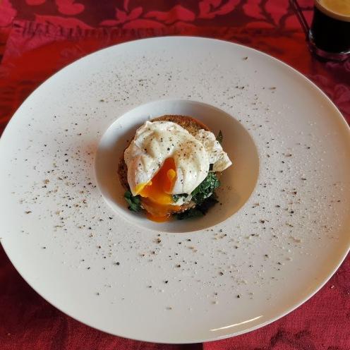 Pochiertes Ei auf Mozzarella, Bärlauch und Eiweißbrötchen 1