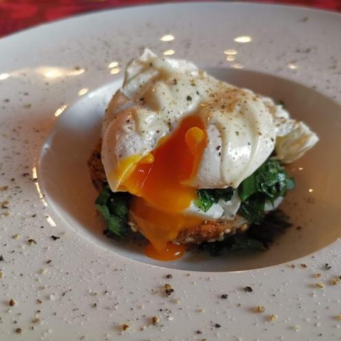Pochiertes Ei auf Mozzarella, Bärlauch und Eiweißbrötchen 2