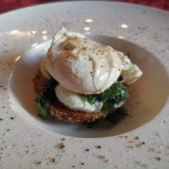 Pochiertes Ei auf Mozzarella, Bärlauch und Eiweißbrötchen 3