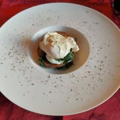 Pochiertes Ei auf Mozzarella, Bärlauch und Eiweißbrötchen 4