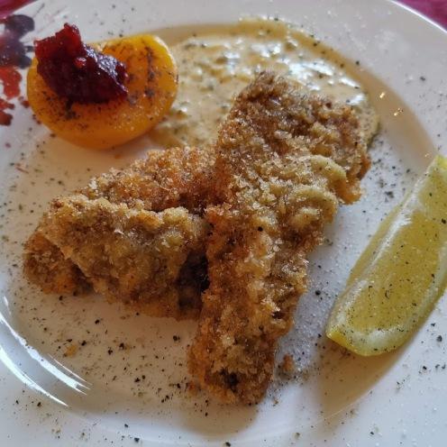 Rehschnitzel paniert mit Schnittlauchsauce und Pfirsich 1