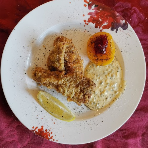 Rehschnitzel paniert mit Schnittlauchsauce und Pfirsich 2