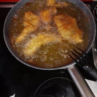 Rehschnitzel paniert mit Schnittlauchsauce und Pfirsich 5